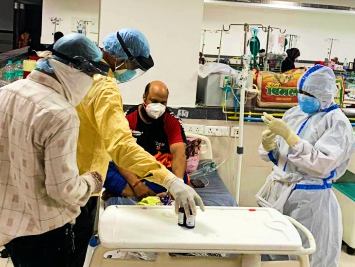 संक्रमित मरीजों का उपचार करते हेल्थ वॉरियर्स। - Dainik Bhaskar