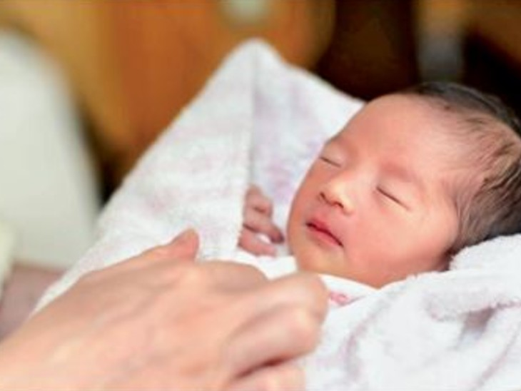 मंत्रालय ने कहा कि 2020 में पैदा होने वाले बच्चों की संख्या गिरकर 8,40,832 पर आ गई। यह 2019 के मुकाबले 2.8% कम है। - Dainik Bhaskar