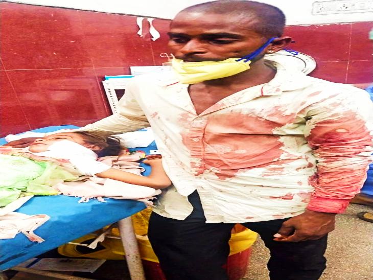 अपनी 5 वर्षीय मासूम बेटी के साथ खून में लथपथ पिता।