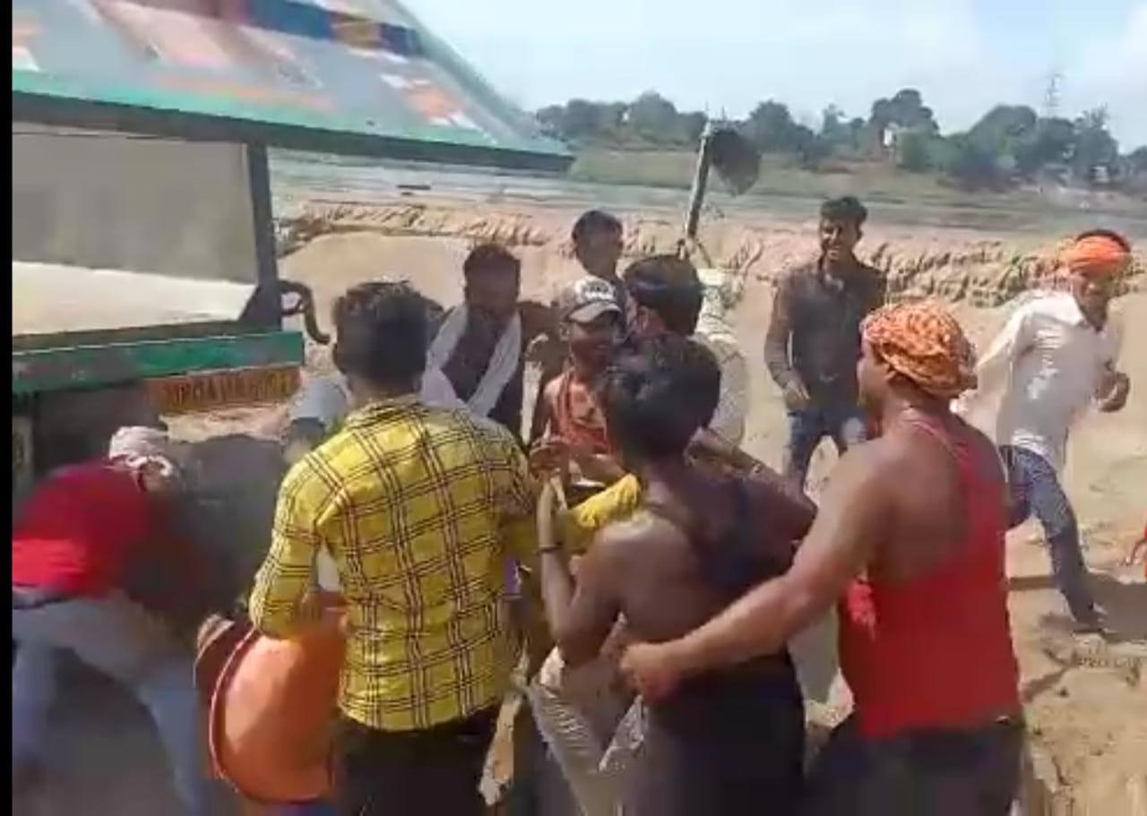 डंपर में रेत भरने को लेकर मजदूरों ने उठाएं तगाड़ी-फावड़े, पुलिस ने दी समझाइश|होशंगाबाद,Hoshangabad - Dainik Bhaskar