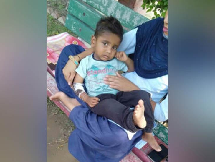 हादसे में घायल बच्चे को मरहम-पट्टी के दौरान गोद में लेकर बैठी नर्स।