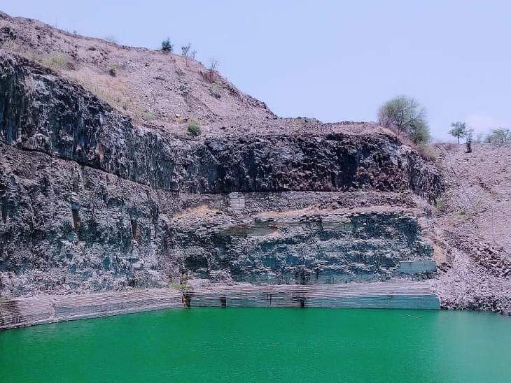 बकरियां चराने के दौरान पैर फिसलने से80 फीट ऊपर से खदान में गिरा था युवक। - Dainik Bhaskar