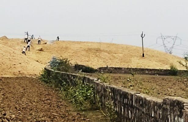 दतवास क्षेत्र में झूलते बिजली के तार। - Dainik Bhaskar