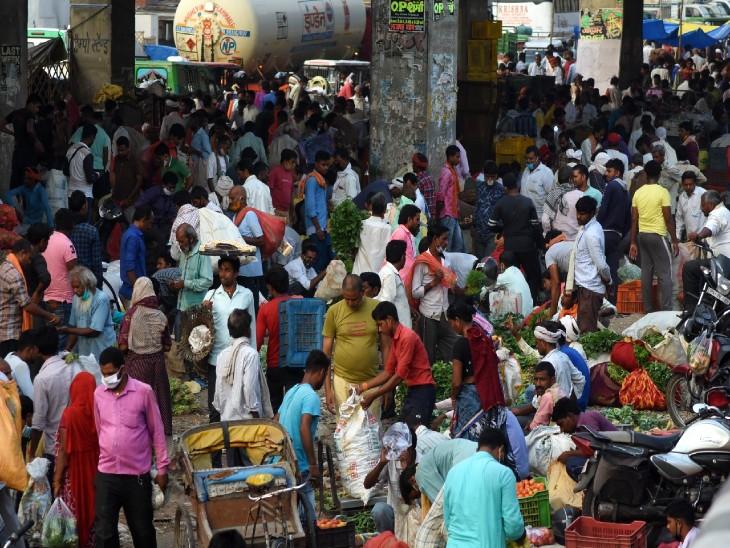 कानपुर की मंडियों और बाजारों में भी रविवार को भीड़ लगी, लोग लांघ रहे लापरवाही की सारी सीमाएं।