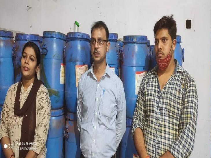 पुलिस ने मौके से फैक्ट्री संचालिका महिला समेत उन्नाव निवासी मैनेजर अजय शर्मा और नजीराबाद निवासी अकाउंटेट रवि कुमार सिन्हा को गिरफ्तार किया है। जांच के दौरान फैक्ट्री से बड़े पैमाने पर नकली रंग, केमिकल और पैकिंग की सामग्री मिली है। - Dainik Bhaskar