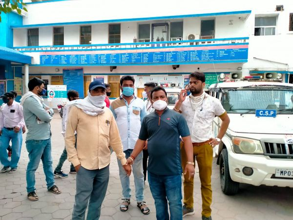 निर्माण कंपनी के सुपरवाइजर को विधायक राम दांगोरे ने पकड़ा।