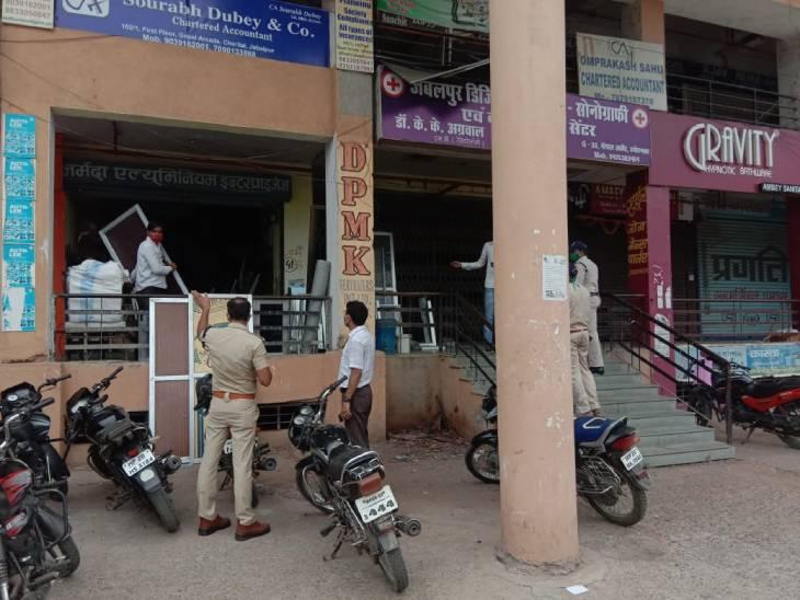 लेफ्ट-राईट के क्रम तोड़ने पर कार्रवाई करती पुलिस।