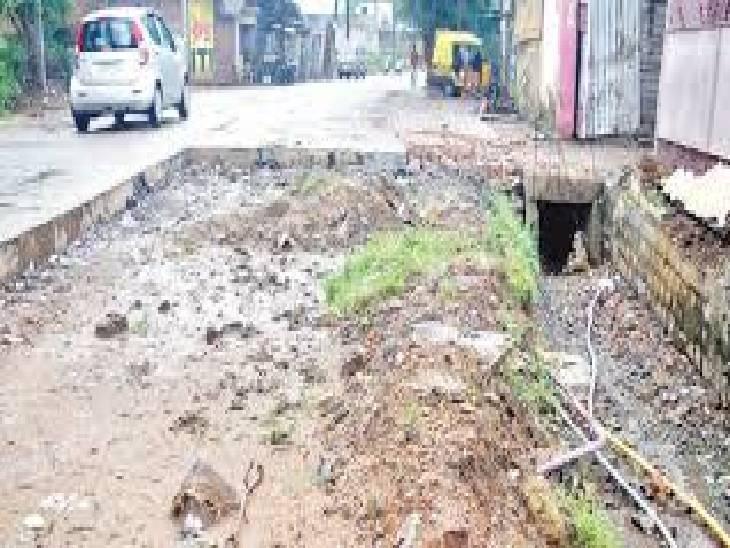 जबलपुर में स्मार्ट सिटी की 2.66 करोड़ की 800 मीटर सड़क बनते ही ध्वस्त; सांठगांठ करके पास कराई तो भोपाल की टीम ने कर दी रिजेक्ट|जबलपुर,Jabalpur - Dainik Bhaskar