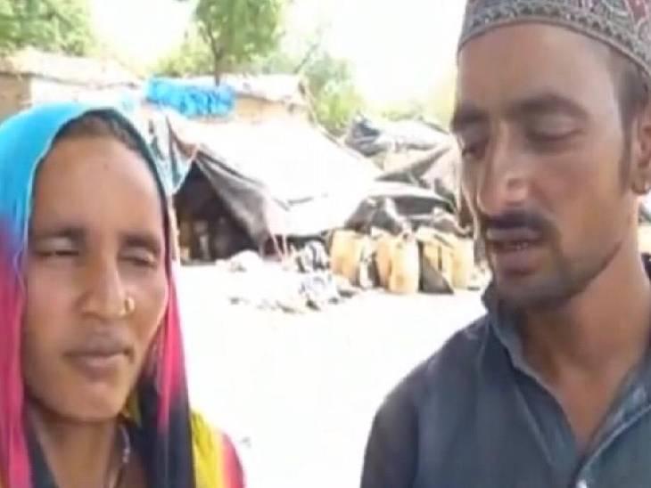 डेरे के पास खड़े लापता मायरा के मां और बाप। - Dainik Bhaskar