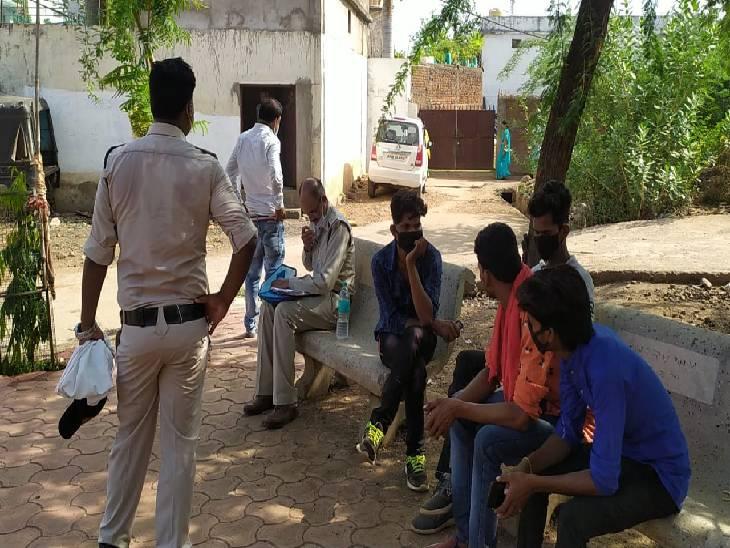 सिहोरा मर्चुरी में पंचनामा की कार्रवाई करती गोसलपुर पुलिस।
