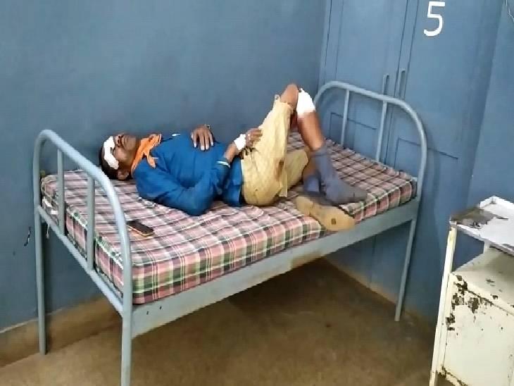 सिहोरा अस्पताल में भर्ती घायल राजू चौधरी।