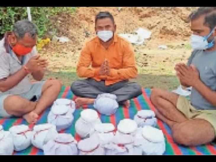 गैर दिलाएंगे मोक्ष,14 लावारिश अस्थियां, 205 दिवंगतों की राख लेकर प्रयागराज के लिए रवाना हुए शहर के 4 समाजसेवी विदिशा,Vidisha - Dainik Bhaskar