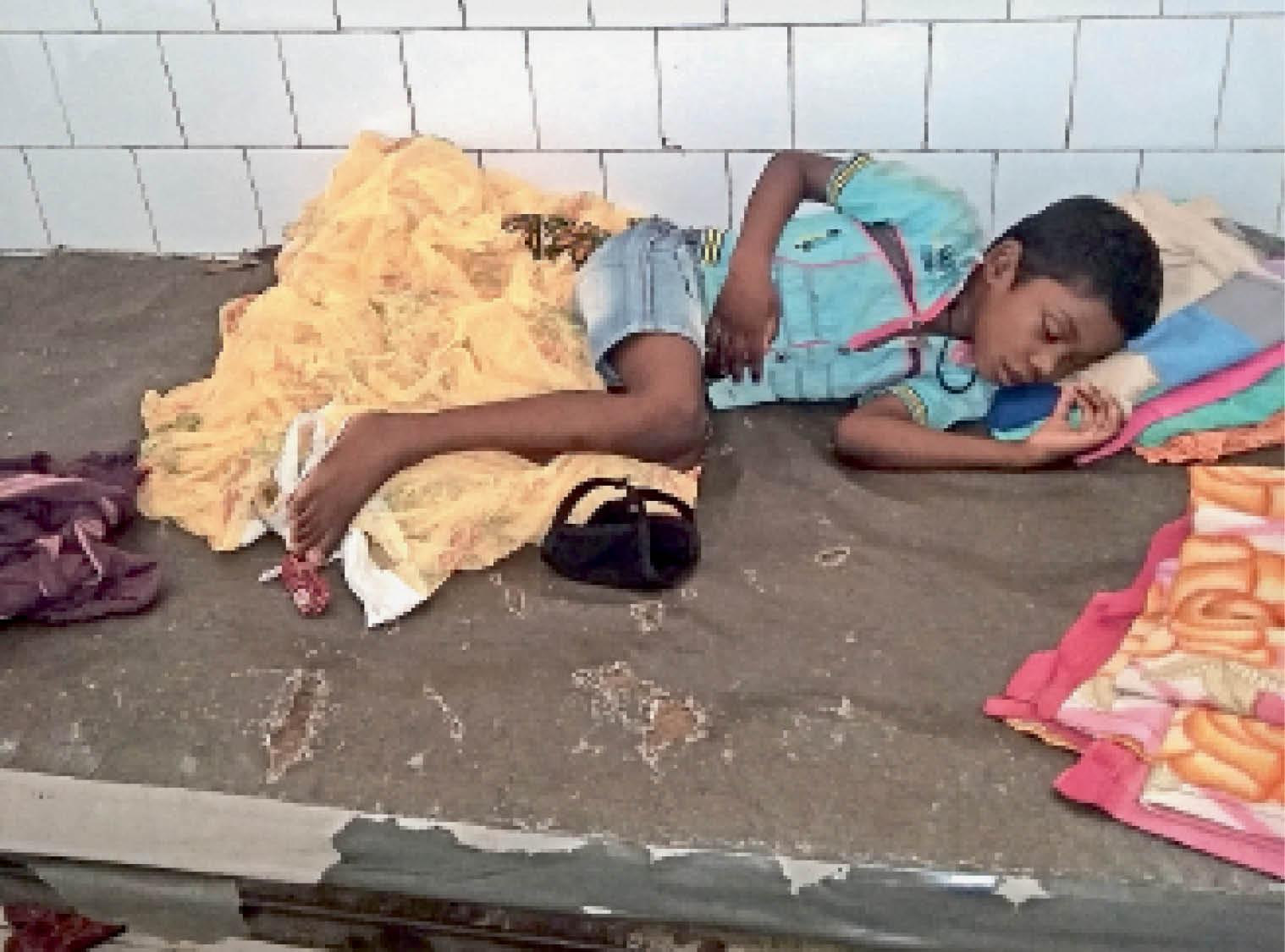 बेड के गद्दे फटे, बदबू इतनी कि 5 मिनट रुकना मुश्किल जमशेदपुर,Jamshedpur - Dainik Bhaskar