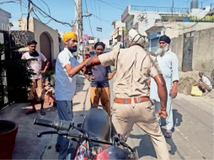 अशोक विहार में झड़प के दौरान संतरी परने में पीएपी का एएसआई और पीसीआर का एएसआई। भास्कर - Dainik Bhaskar