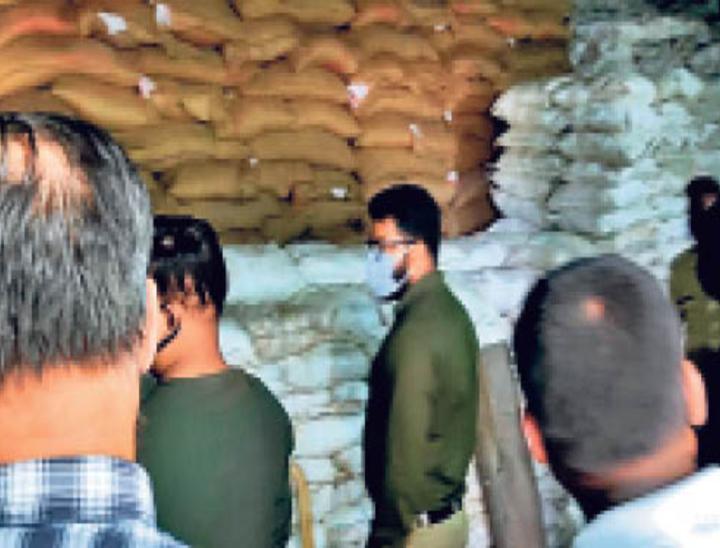 गरीबों का 5000 क्विंटल अनाज, अफसरों ने बाजार में बेच खाया|जमशेदपुर,Jamshedpur - Dainik Bhaskar