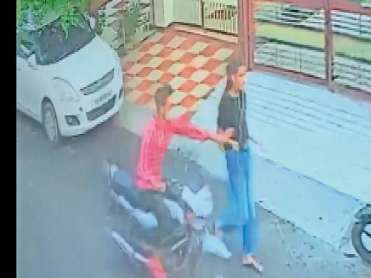 लड़की ने ईयर फोन लगाए हुए थे और दाएं हाथ में मोबाइल फोन पकड कर पैदल चल रही थी। - Dainik Bhaskar