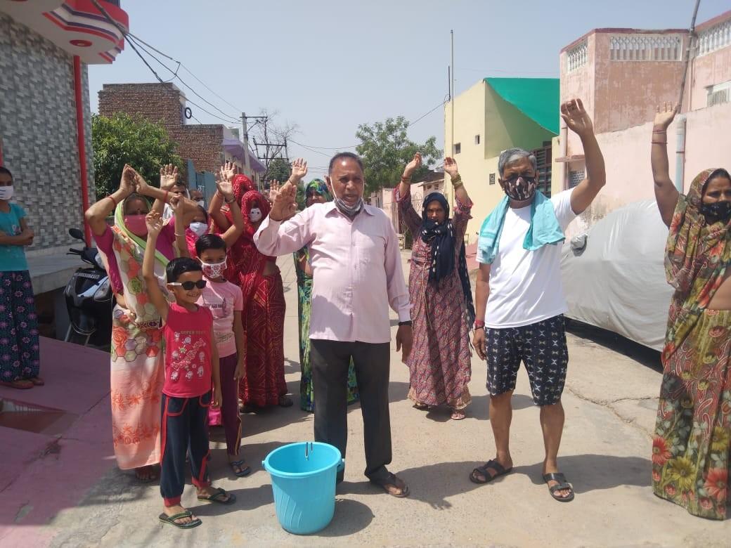 जलदाय विभाग के ख़िलाफ़ प्रदर्शन करते लोग। - Dainik Bhaskar