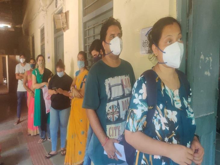 2 घंटे लाइन में खड़े होकर वैक्सीन सेंटर खुलने का इंतजार करते रहे, 10 बजे तक भी नहीं पहुंचे डॉक्टर और मेडिकल स्टाफ|रायपुर,Raipur - Dainik Bhaskar