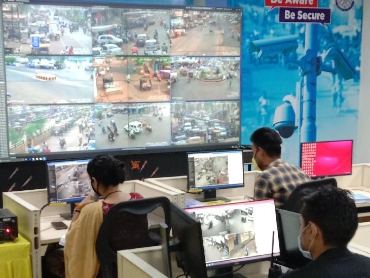 स्क्रीन पर देखकर माइक के जरिये नागरिकों को दिए जाते हैं निर्देश, पुलिस कंट्रोल रूम में कैमरों और माइक को जोड़कर शुरू की व्यवस्था|गुना,Guna - Dainik Bhaskar