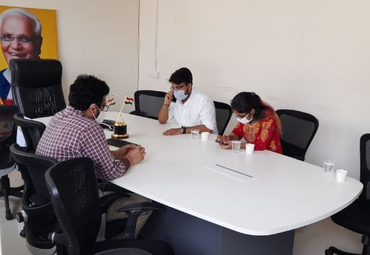 सोमवार को भोपाल में चिकित्सा शिक्षा मंत्री से मुलाकात के लिए उनके ऑफिस में बैठे जूडा नेता।