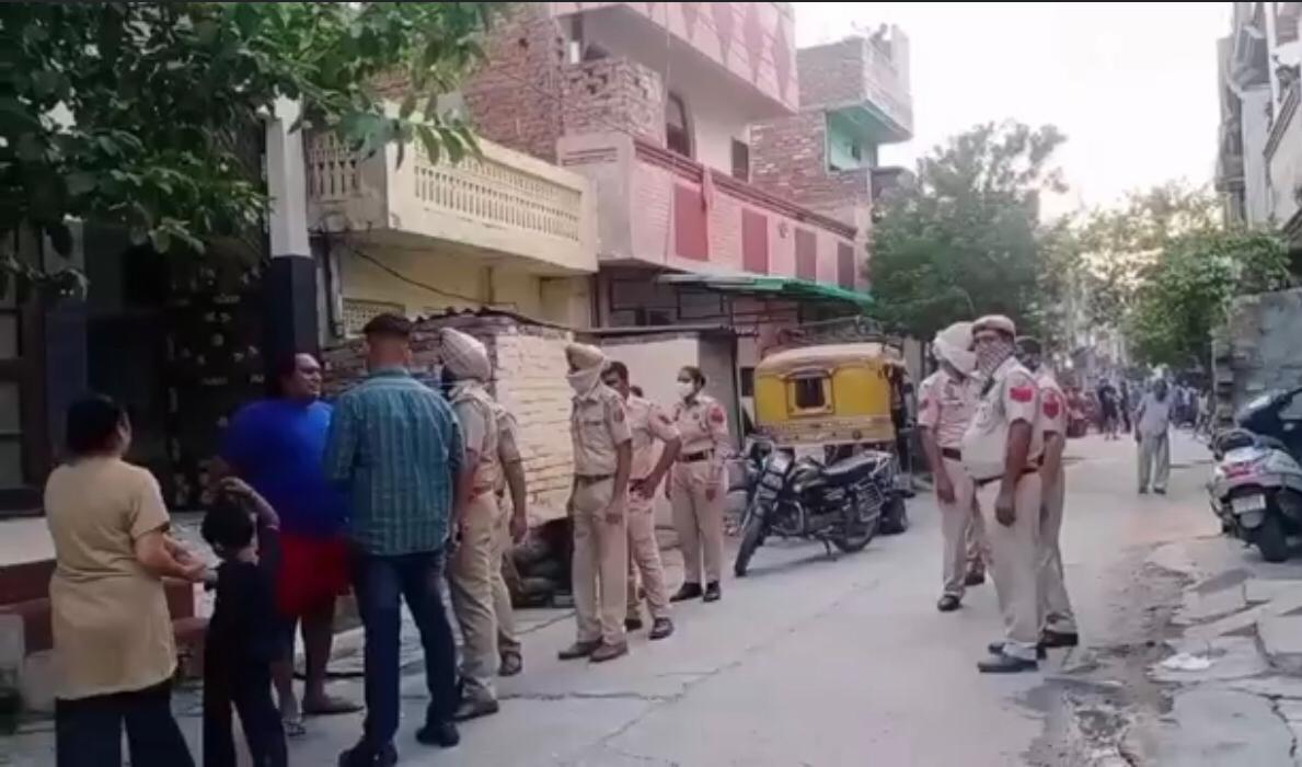 गांधी कैंप में सर्च अभियान चलाती पुलिस। - Dainik Bhaskar