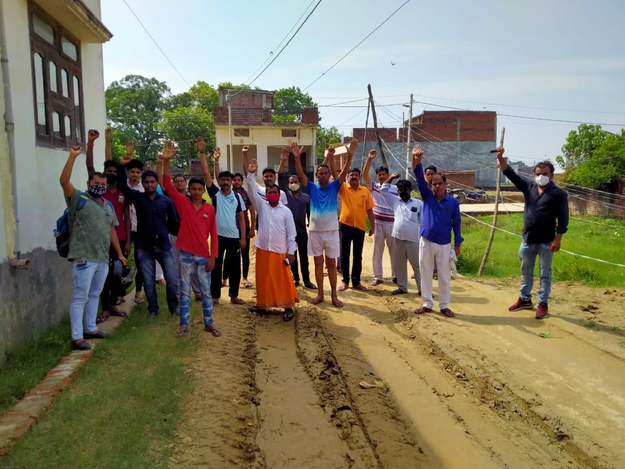 सड़क सुधार के लिए नगर निगम ने जारी किया था 74 लाख का बजट, आधे पर काम छोड़कर 10 महीने से ठेकेदार फरार|गोरखपुर,Gorakhpur - Dainik Bhaskar