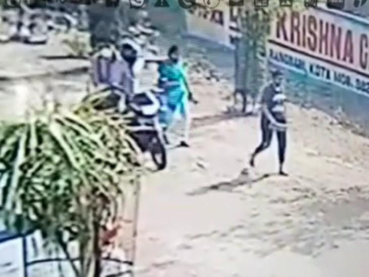 राह चलती महिला की गले की चेन तोड़कर भागे बाइक सवार बदमाश, CCTV में कैद हुई वारदात|कोटा,Kota - Dainik Bhaskar