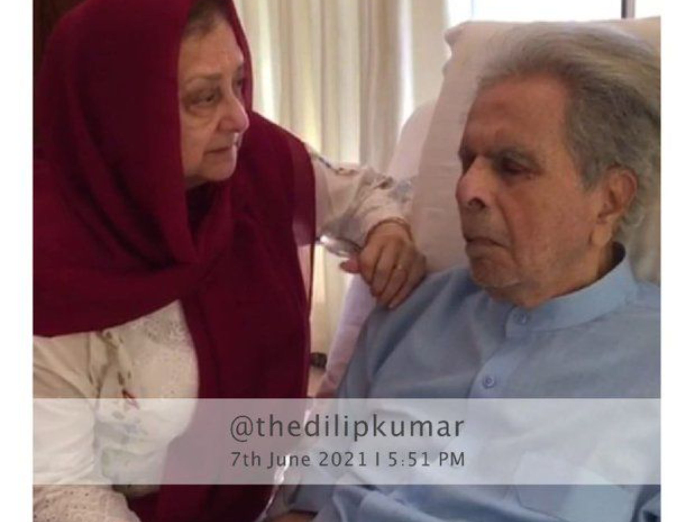 Dilip Kumar's first photo from the hospital; Tragedy King seen without oxygen support | बिना ऑक्सीजन सपोर्ट दिखे ट्रेजेडी किंग, कोरोना के खतरे के बीच सायरा ने भी नहीं पहना था मास्क