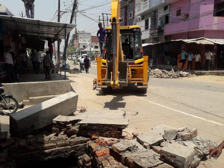 नालों से कब्जा हटाने और जुर्माना वसूलने पर हुआ जमकर विरोध, टीम से हुई नोकझोंक|गोरखपुर,Gorakhpur - Dainik Bhaskar