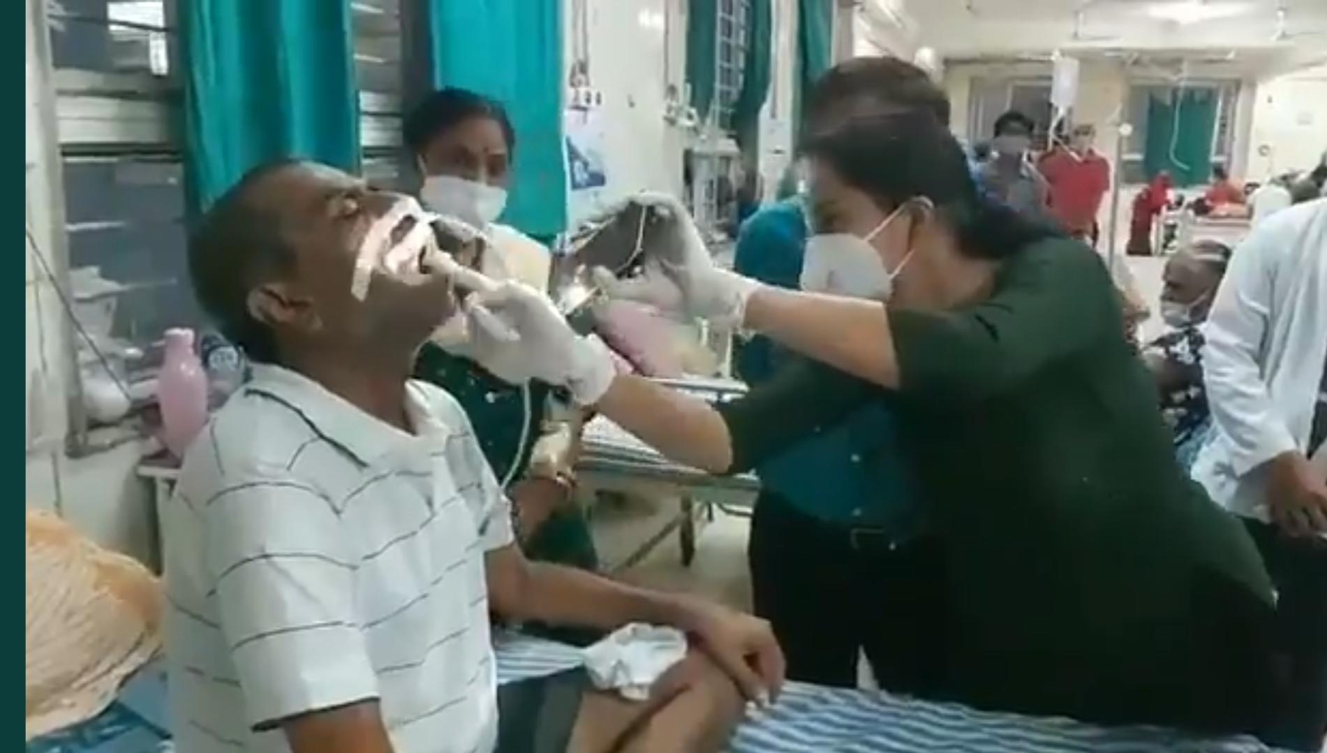 वार्ड में ब्लैक फंगस मरीजों का इलाज करते डॉक्टर।