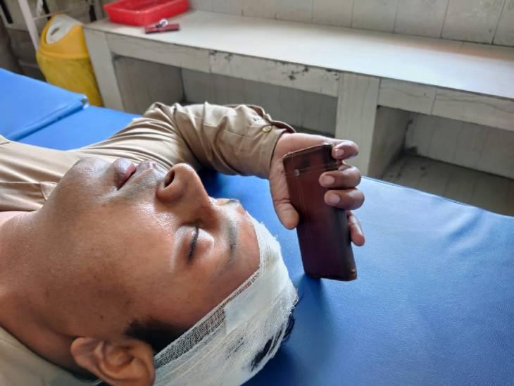 घायल पुलिसकर्मियों को अस्पताल में भर्ती करवाया गया है।