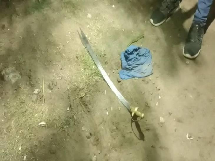 विवाद के बाद आरोपी इस तरह रोड पर तलवार आदि फेंक कर भागे थे।