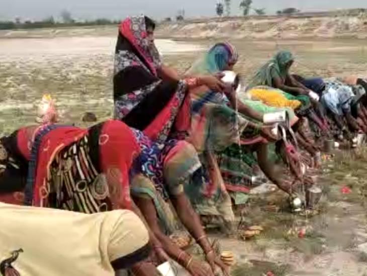 बहराइच की यह तस्वीर भी अंधविश्वास को बढ़ावा देने वाली ही है। यहां महिलाएं पिछले सात दिनों से व्रत रखकर गंगा मइया की पूजा कर रही हैं।
