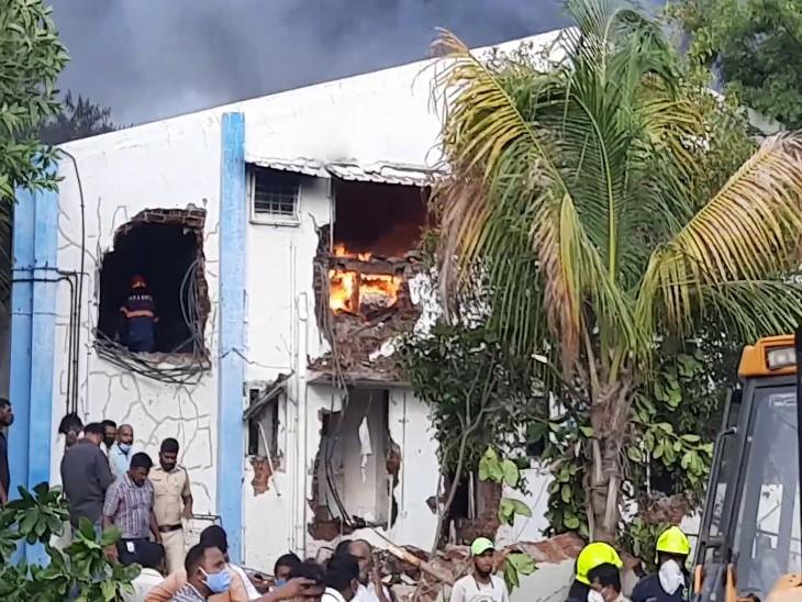 फैक्ट्री में फंसे मजदूरों को निकालने और आग बुझाने के लिए दमकल की 8 गाड़ियां पहुंची।
