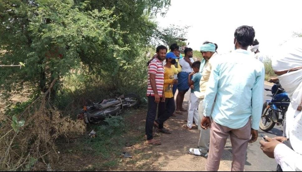 टक्कर के बाद बाइक समेत दो लोग उछलकर 20 फीट दूर खेत में गिरे; दोनों की मौत|हरदा,Harda - Dainik Bhaskar