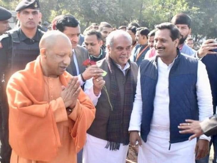 उत्तर प्रदेश के मुख्यमंत्री योगी आदित्यनाथ और केंद्रीय मंत्री नरेंद्र तोमर के साथ विकास दुबे।