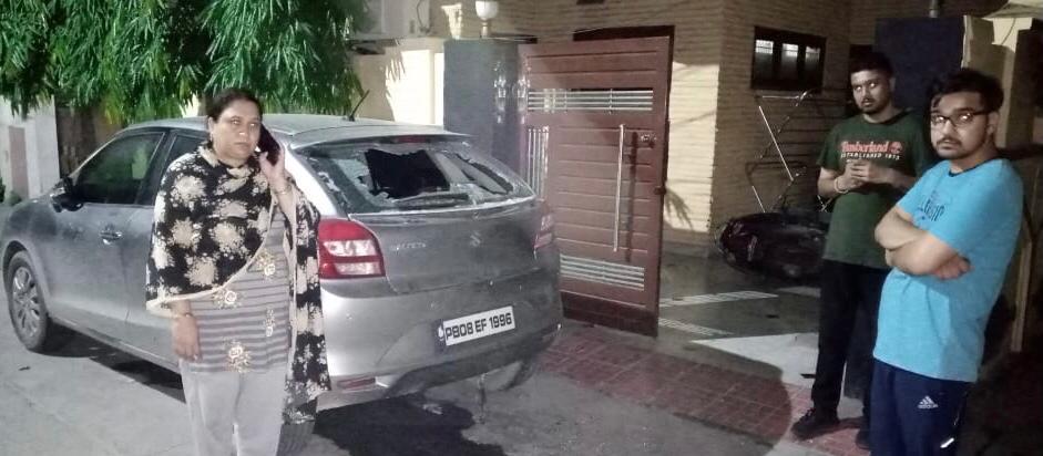 हमलावरों द्वारा तोड़ी कार