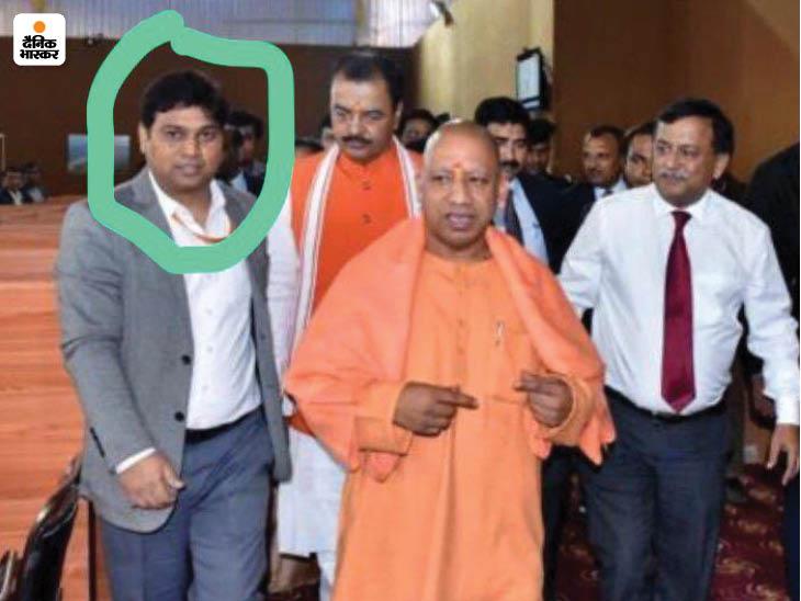 गिरफ्तार आरोपी आशीष पांडेय (घेरे में) की सीएम के साथ फोटो भी सोशल मीडिया पर वायरल हो रही है।