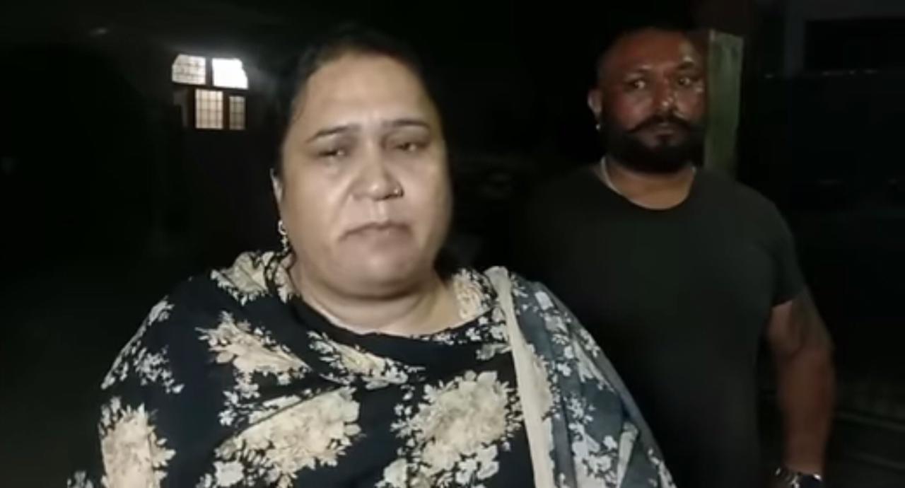 बाहर खड़ी कार तोड़ अंदर मचाई तोड़फोड़; रोते हुए बोलीं धनोआ- अपनी ही सरकार में मेरा यह हाल, CM व MLA दिलाएं इंसाफ|जालंधर,Jalandhar - Dainik Bhaskar
