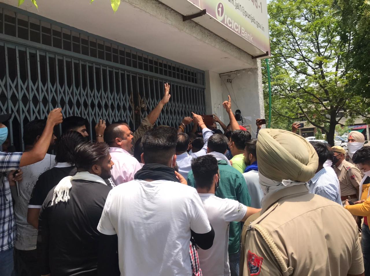 DC ऑफिस के अंदर जाने के लिए गेट पर पुलिस के साथ धक्कामुक्की के दौरान नारेबाजी करते स्टूडेंट्स व मोर्चे के नेता। - Dainik Bhaskar