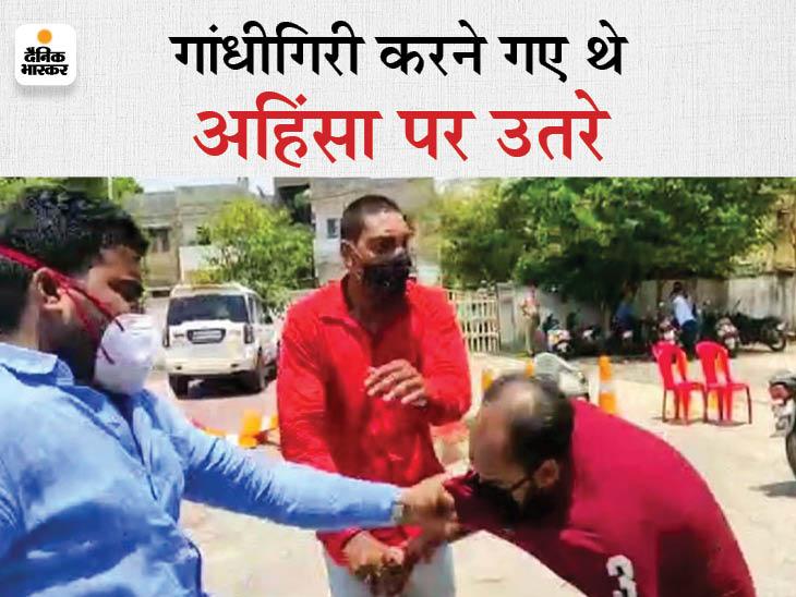 पुलिस के विरोध में गांधीगीरी करने पहुंचे पूर्व महासचिव को जिलाध्यक्ष ने लात-घूसों से पीटा; सख्ती से रोकने की जगह बीचबचाव करते दिखे सिपाही|जबलपुर,Jabalpur - Dainik Bhaskar