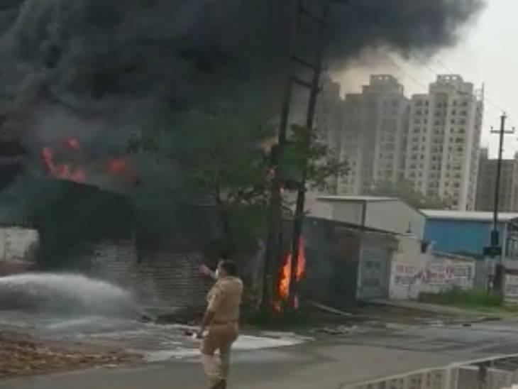 केमिकल फैक्ट्री में लगी आग, आसपास की फैक्ट्रियां कराई गईं खाली, दमकलकर्मी आग बुझाने में जुटे मेरठ,Meerut - Dainik Bhaskar