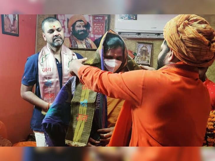 महंत राजू दास ने आरपी सिंह व उनकी मां को रामनामी भेंटकर उनका रामनगरी में स्वागत किया।