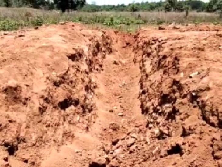 दंतेवाड़ा में अरनपुर-पोटाली सड़क को दर्जनों जगह से काट कर मार्ग को बाधित कर दिया है।