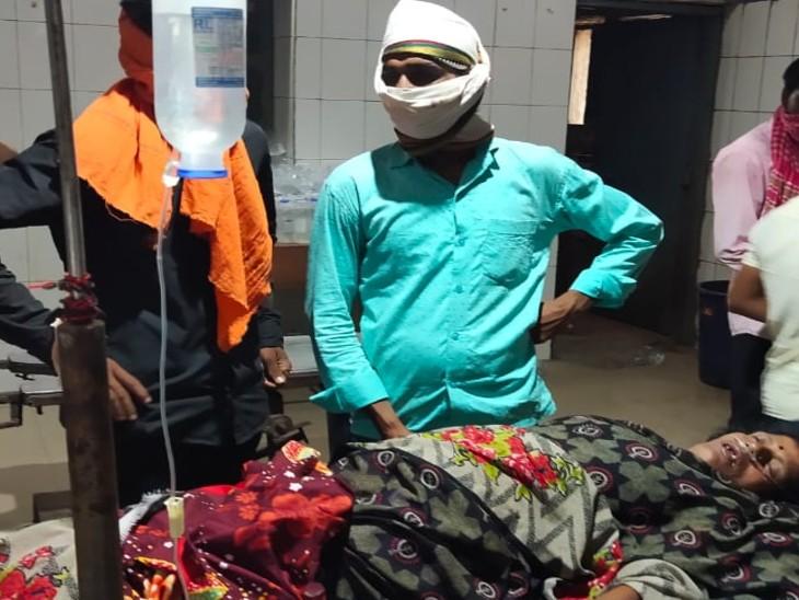 शादी समारोह में जा रही महिला बाइक से गिरी, सदर अस्पताल के इमरजेंसी वार्ड में दम तोड़ा|भोजपुर,Bhojpur - Dainik Bhaskar