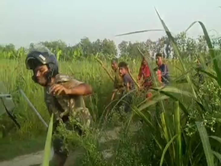 कुशीनगर में हत्या का विरोध कर रहे ग्रामीणों को पुलिस ने रोका तो डंडों से पीटा, ईंट-पत्थर फेंके; कई पुलिसकर्मी घायल|गोरखपुर,Gorakhpur - Dainik Bhaskar