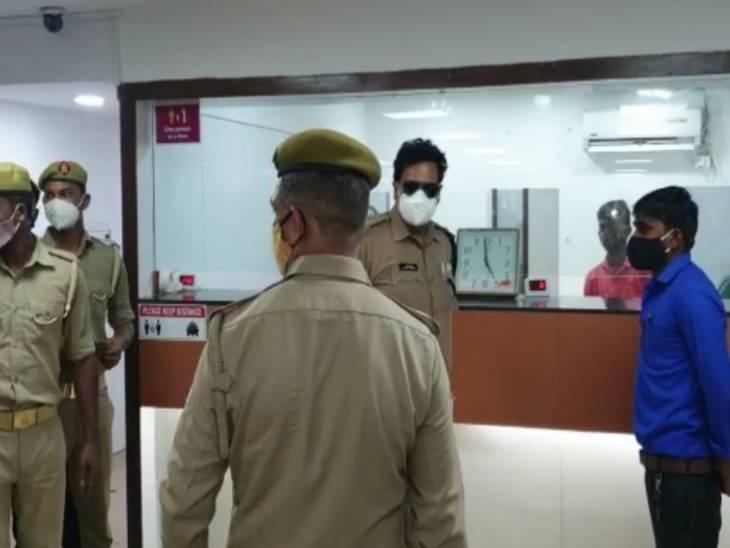 एक्सिस बैंक में बंधन बैंक के पैसे जमा कराने आया गार्ड करने लगा क्लर्क से बात, युवक नोटों से भरा बैग लेकर फरार हो गया|वाराणसी,Varanasi - Dainik Bhaskar