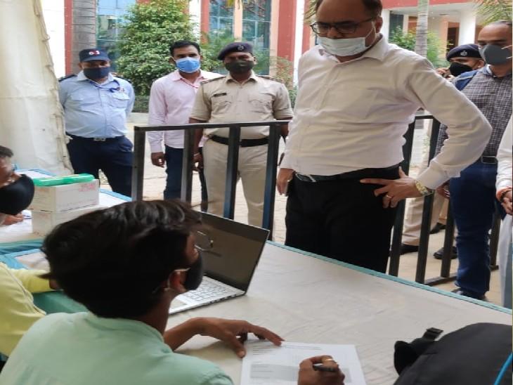 यूनिवर्सल बूथ पर वैक्सीनेशन की व्यवस्था देखते अधिकारी। - Dainik Bhaskar