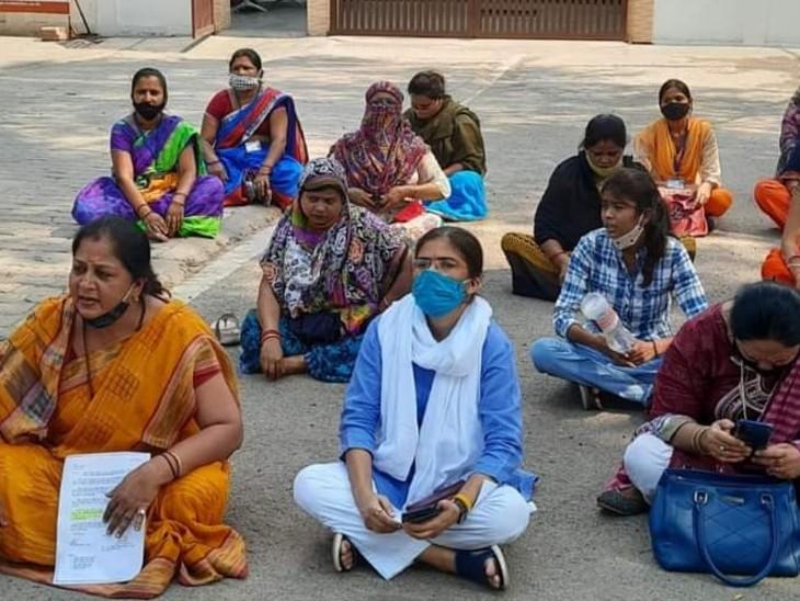 डॉक्टर्स पर FIR की मांग के लिए सपा नेत्री ऋचा सिंह ने समाजवादी पार्टी की महिला कार्यकर्ताओं के साथ प्रदर्शन किया।