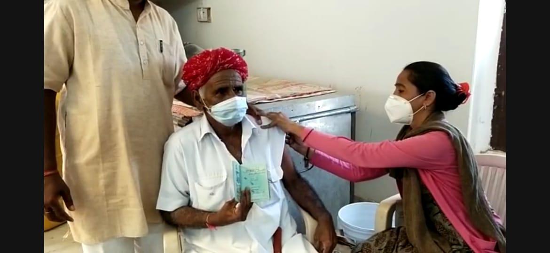 पाक विस्थापितों के लिए लगाया विशेष कैंप, पासपोर्ट के आधार पर लगाई कोरोना वैक्सीन, पाक विस्थापितों में खुशी की लहर बाड़मेर,Barmer - Dainik Bhaskar